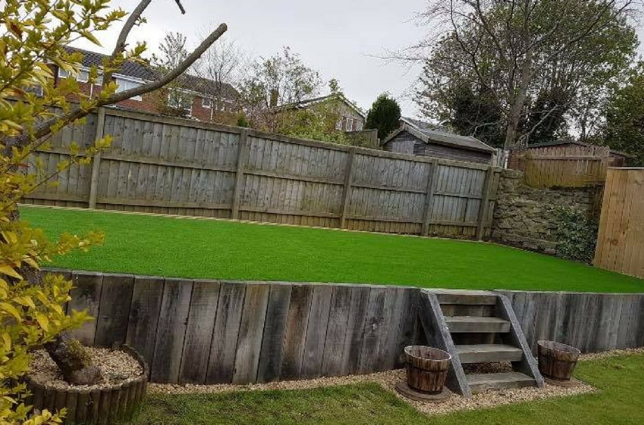 Raised-artificial-lawn
